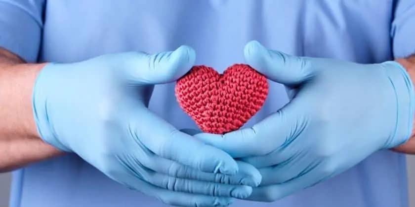 Verpleegkundige met stoffen hart in handen