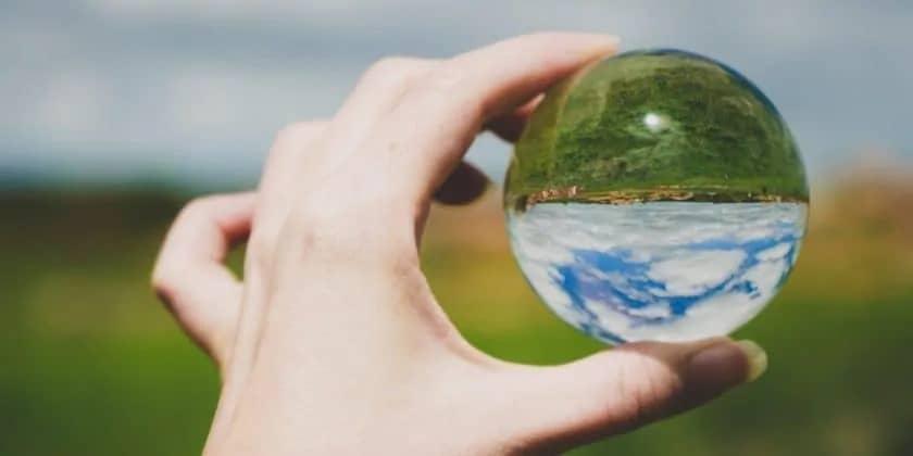Door een glazen bol kijken