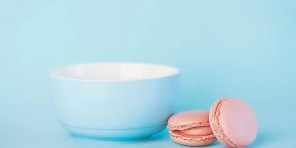Pastelkleurig kopje met koekjes