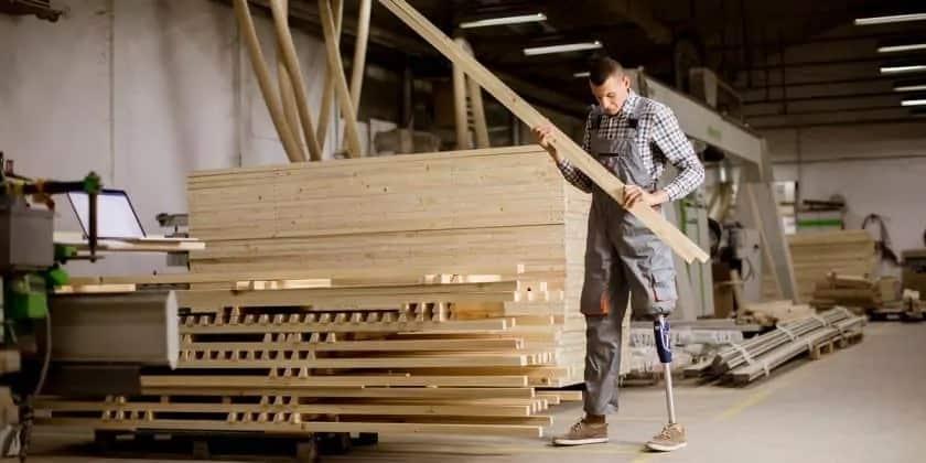 Man met een beperking in een werkplaats