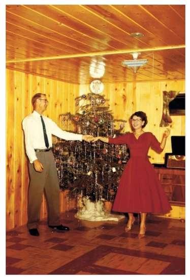 Dansend echtpaar voor kerstboom