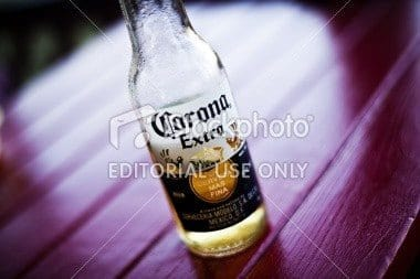 istockphoto 16313171 corona extra bottle of beer - redactionele foto's