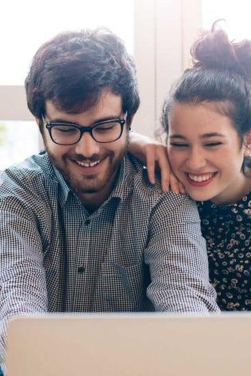 Latijns-Amerikaanse stockfoto's Vrienden chatten met familie