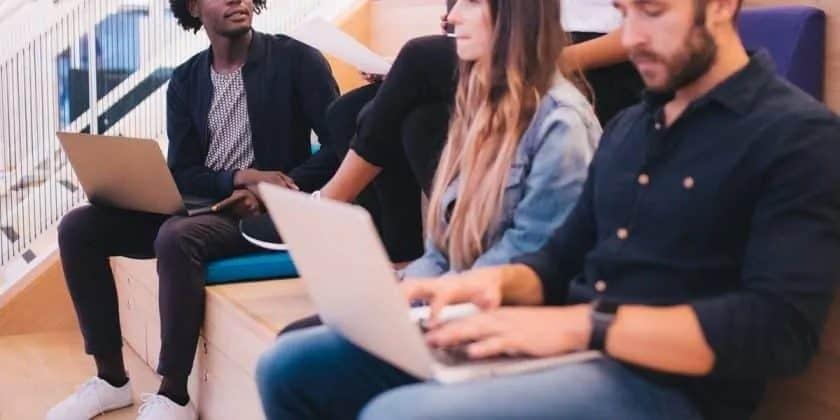 jonge ondernemers in ontspannen setting op laptop aan het werk
