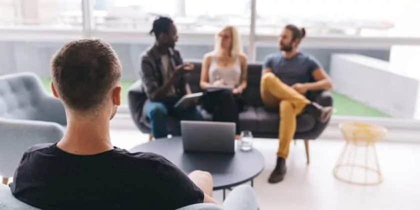 4 jonge mensen in een ontspannen werksfeer
