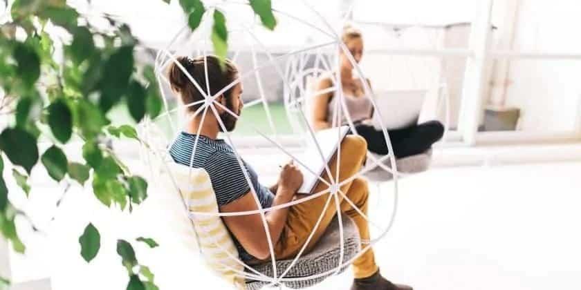 ontspannen werkruimte met jonge mensen in makkelijke stoelen