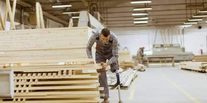 man met een beperking werkt in een werkplaats - zakelijke stockfoto's