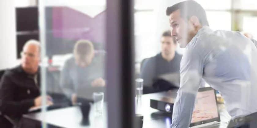 zakelijk overleg met collega's in kantoor
