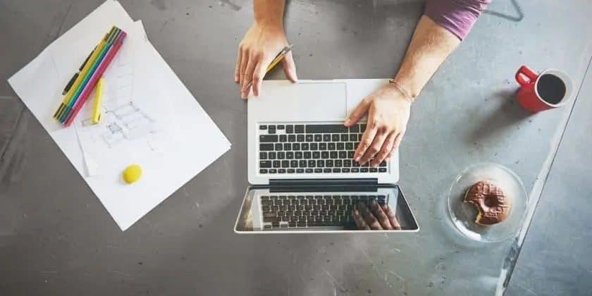 bovenaanzicht laptop op werktafel met koffie