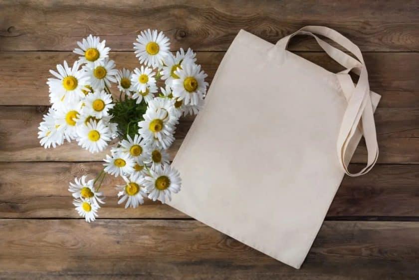 StockPhotoSecrets bovenaanzicht van bloemen met tas op tafel