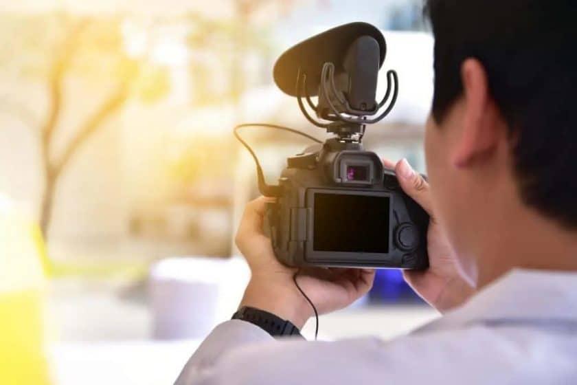 niet gedefinieerde stockvideo van filmende man