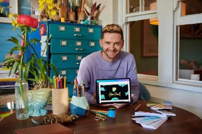 Canva Pro recensie - jonge man toont creatie