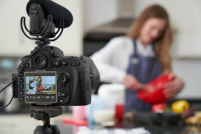 Vrouw filmt haar kookvlog
