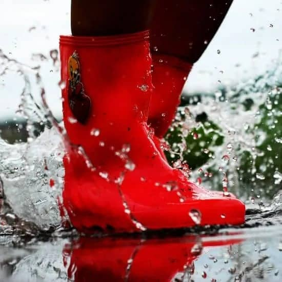 Rode laarzen in de regen