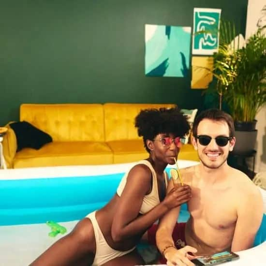 Jong stel met zonnebril en cocktail