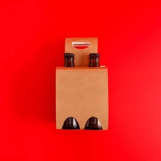karton met 2 bierflesjes tegen rode achtergrond