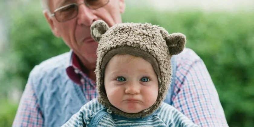 Opa met sip kijkend kleinkind
