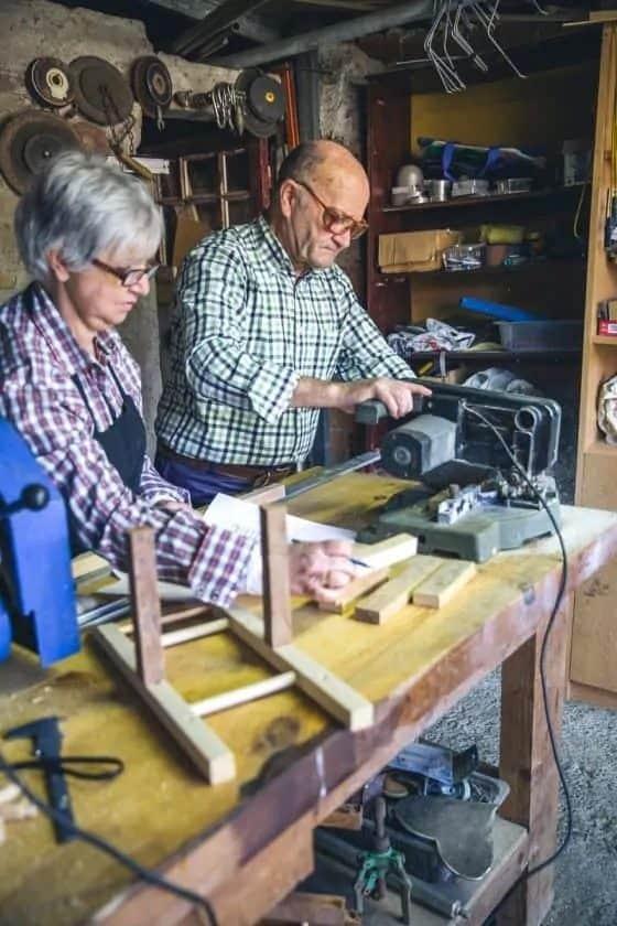 Ouder echtpaar klust samen in de werkplaats