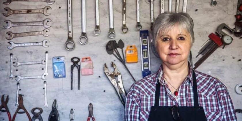 senioren stockfoto's vrouw in werkplaats