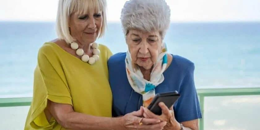 Twee oudere dames met een iphone