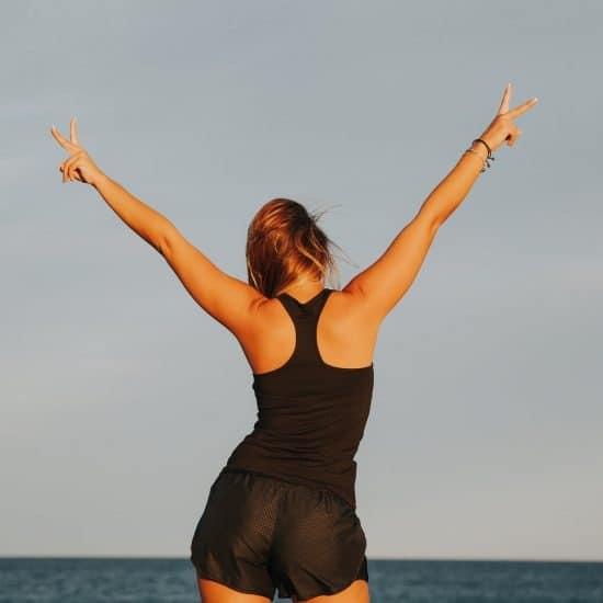 sportende vrouw aan zee