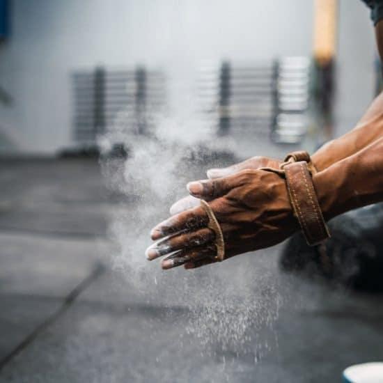 man doet magnesium in zijn handen voor het sporten