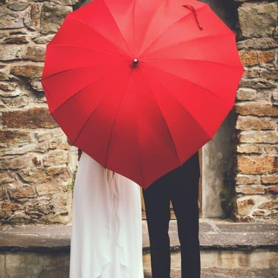 rode paraplu op trouwdag