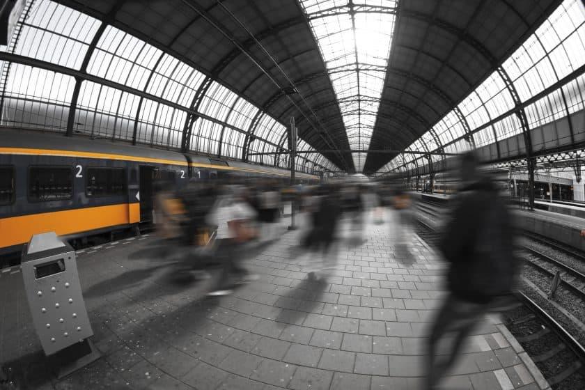 Amsterdam centraal bewegende reizigers